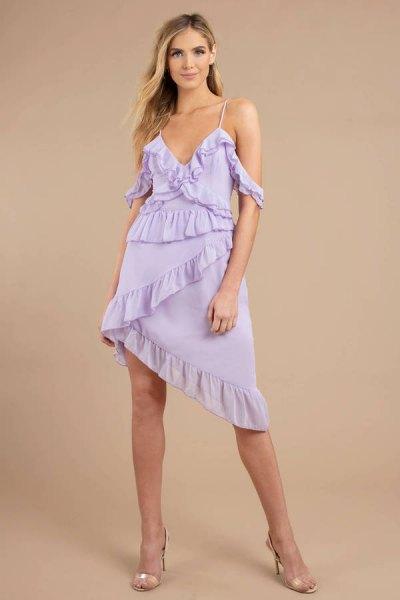 Ljuslila, asymmetrisk slipklänning med volanger och rosa klackar