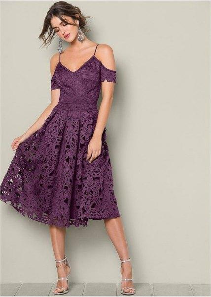 lila tvåfärgad kall axelpassning och flared midi spets klänning