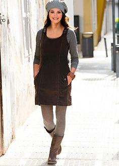 svart corduroy miniklänning med grå leggings och knähöga läderstövlar