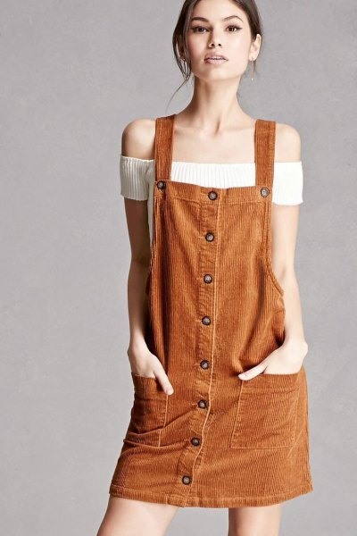 Vit tröja utan axel med en brun miniklänning med knappknäppning