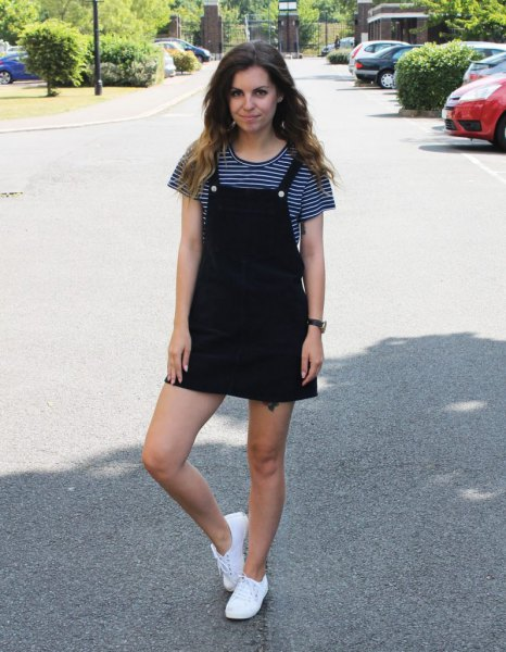 svartvit randig kortärmad T-shirt och miniklänning