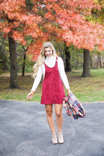 röd minikordsvängklänning med scoop-halsringning och vit mock-neck-tröja