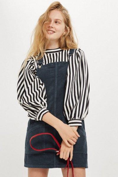 svart och vit randig blus med blå miniklänning