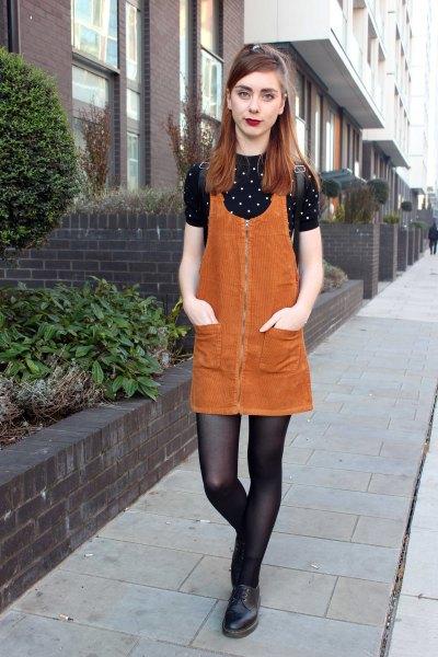 orange corduroy klänning med svart och vit prickig skjorta