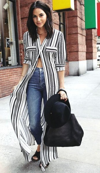 vertikalt randig maxi shift klänning i svart och vitt med smala jeans