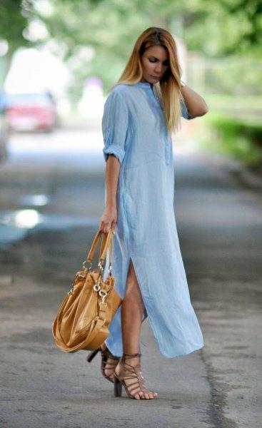 Ljusblå maxikjolklänning med sidoslits och svart läderhandväska
