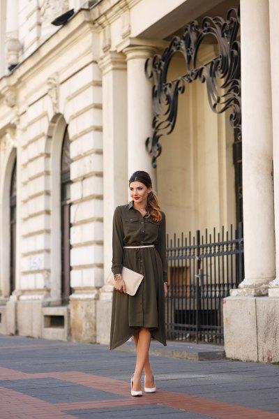 grön maxiklänning i chiffong med bälte och vita höga klackar