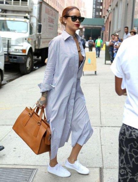 Ljusblå maxiklänning med knappar och vita sneakers