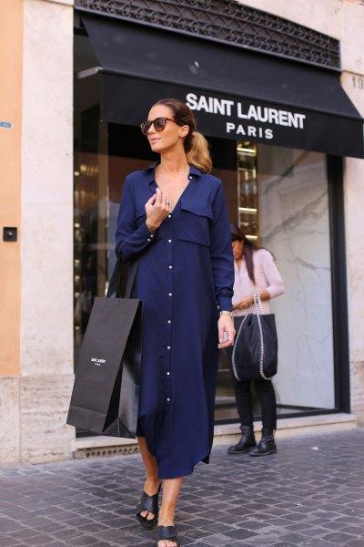 Mörkblå maxiklänning med knappar och öppna lädersandaler