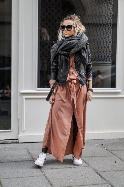 brun skiftklänning med svart skinnjacka och grå halsduk