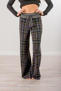 grå kortärmad långärmad tröja med matchande rutiga byxor