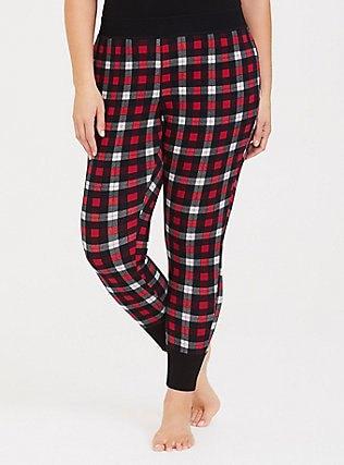 svart linne med röda och vita rutiga pyjamasbyxor med avsmalnande ben
