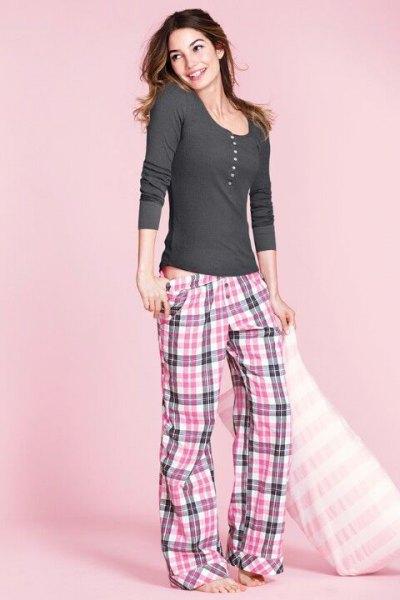 grå och vit rutig lågväxt pyjamasbyxor och långärmad t-shirt med rund hals
