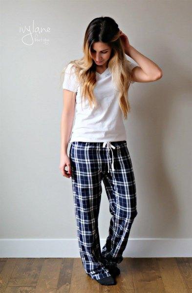 vit t-shirt med svarta rutiga pyjamasbyxor
