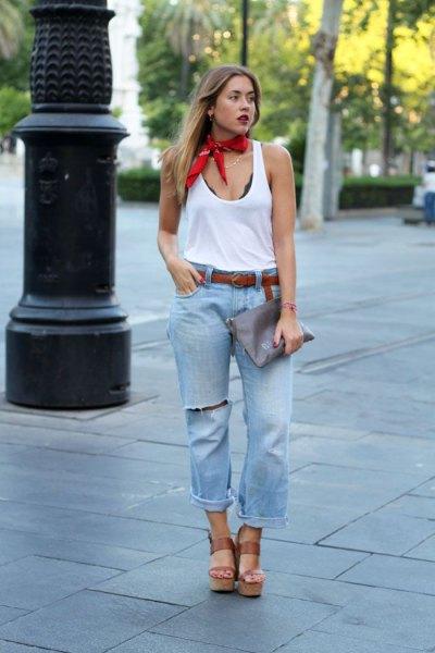 röd siden choker halsduk vit väst topp pojkvän jeans