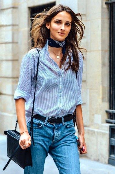 Marinblå siden choker halsduk blå och vit randig skjorta