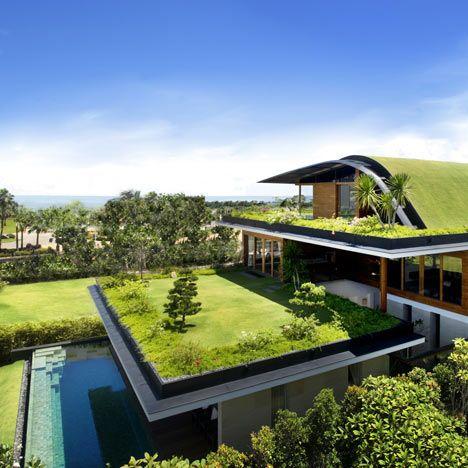 Här är ett hus med trädgårdar på alla tre nivåer på Santosa Island.