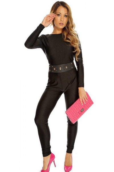 svart overall med bälte, rosa klackar