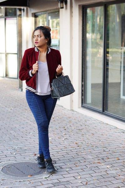 Burgundy sammet kavaj med en grå t-shirt med scoop halsringning och blå slim fit jeans