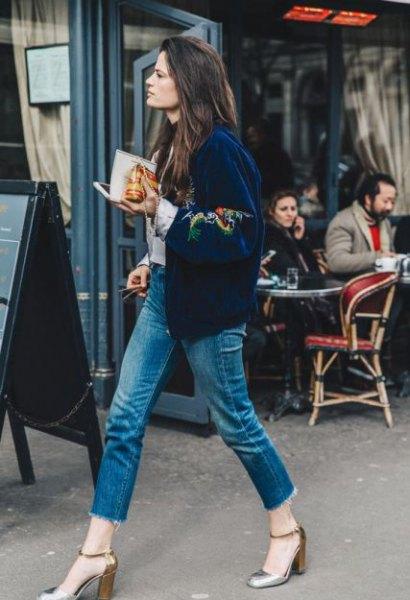 mörkblå sammet bomberjacka broderad med blommor med korta jeans