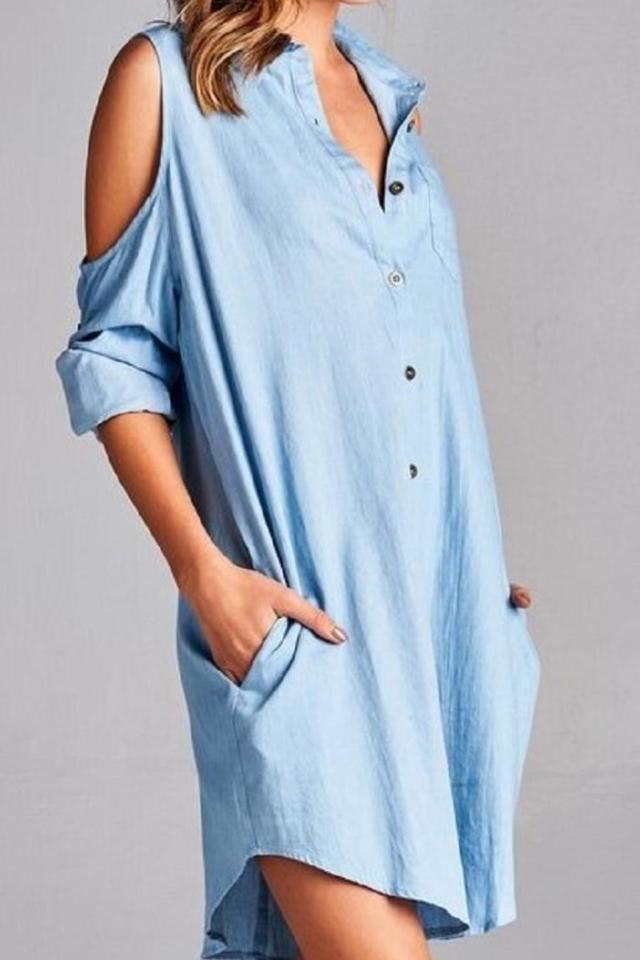 Vänlig skjortklänning med kall axel