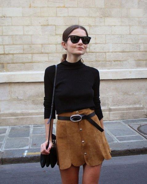 svart tröja med brun minikjol med kammad fåll och bälte