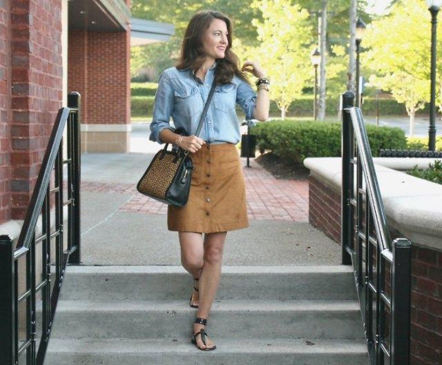 ljusblå chambrayskjorta med knappar, minikjol och sandaler