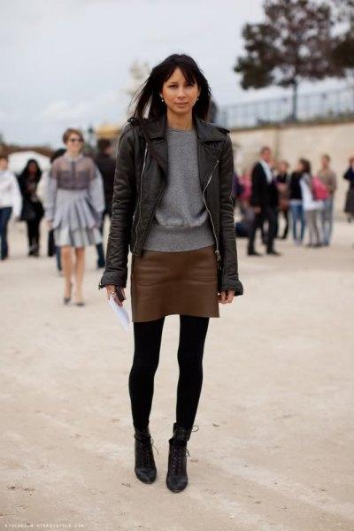 svart skinnjacka med minikjol i mörkt läder