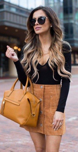 svart, djupt passande, långärmad topp med V-ringning och brun minikjol