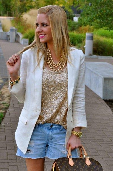 rosa guldmetallblus med vit kavaj och ljusblå jeansshorts
