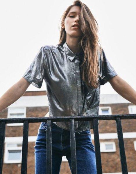 silvermetallisk kortärmad skjorta med blå jeans