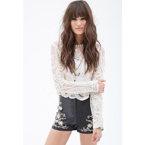 vit långärmad spets topp med svarta shorts broderade med läder