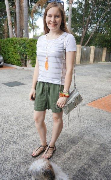 vita och silver horisontella randiga t-shirt khaki broderade shorts