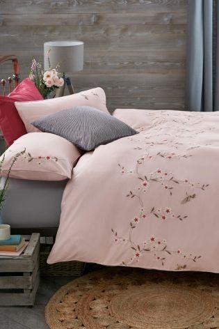 Undrar du hur du kan lägga till rosa i ditt interiör?  Broderi .