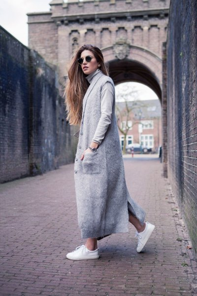 Maxi grå kashmir kofta med jeansshorts och vita sneakers