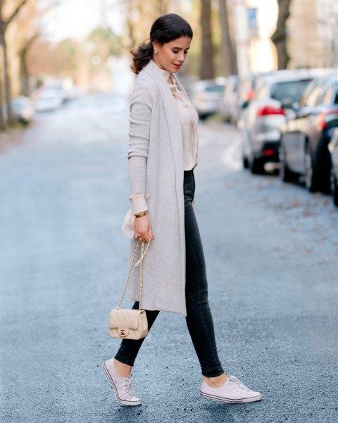 ljusgrå midikashmirjacka med ljusrosa blus och läderbyxor