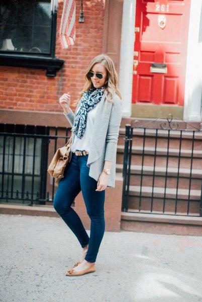 casual kofta med mörkblå skinny jeans och vit blus