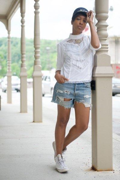 vit knapplös spetsskjorta med kraftigt sönderrivna jeansshorts