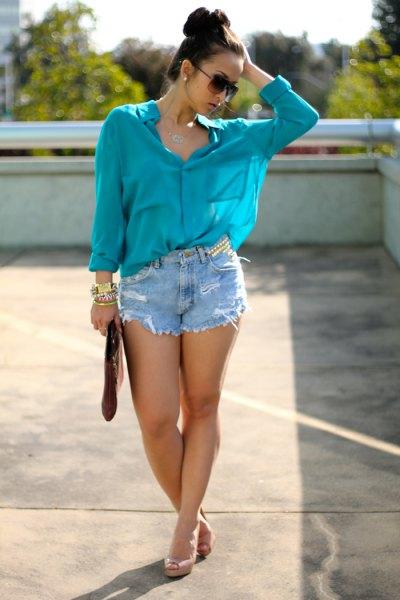 lila chiffongblus med bekymrade jeansshorts