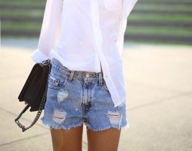 vit smalskjortad skjorta med ljusblå jeansshorts med hög midja i nödläge