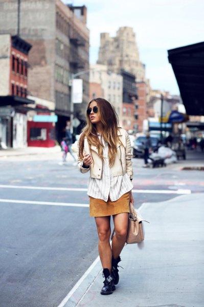 vit och grå vertikalt randig skjorta med ljusrosa väst och orange kjol