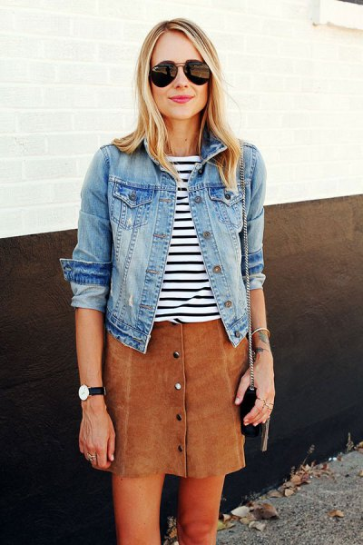 blå jeansjacka med svartvit randig t-shirt och brun kjol