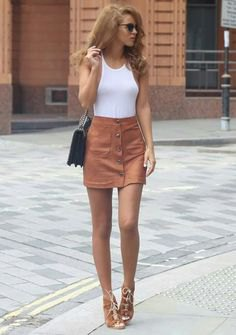 vit linne med en ljusbrun mockakjol med mocka och knappar