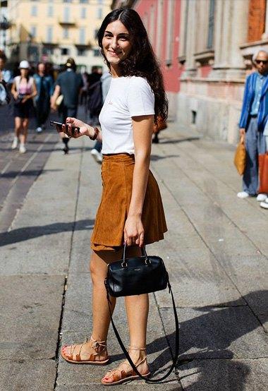 vit t-shirt med mini mockakjol och sandaler i mocka