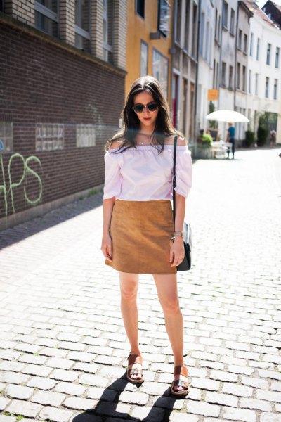 vit off-the-shoulder blus med brun kjol och sandaler