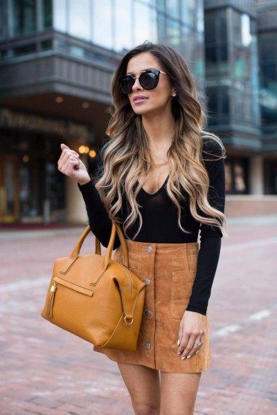 svart tröja med djup V-ringning och minikjol med mockaknapp