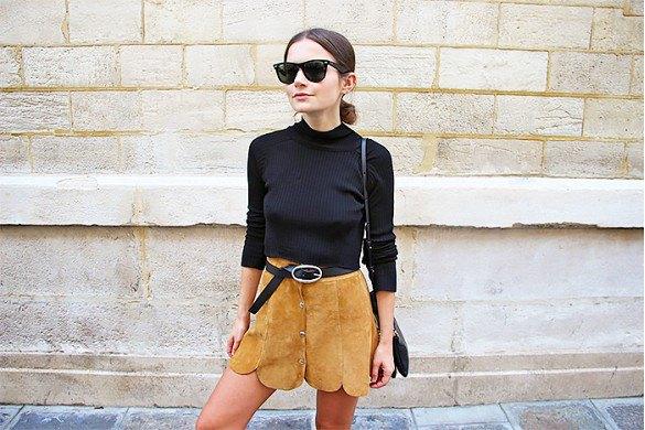 svart tröja med minikjol gjord av mocka med en tandad kant