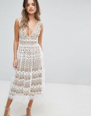 vit midiklänning och fläckad spetsklänning med djup V-ringning