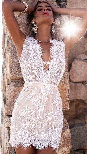 vit ärmlös spetsklänning med kramad midja och V-ringning