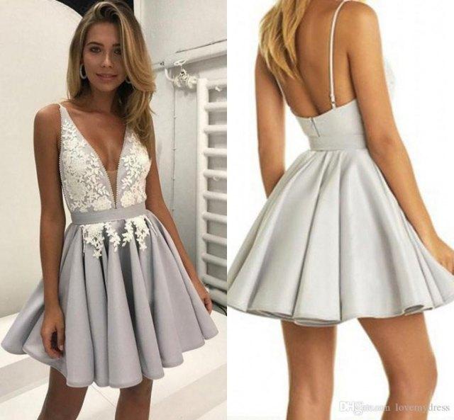 vit och grå miniklänning med djup V-ringning och flare